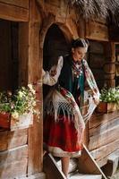 ung flicka går ut ur huset i en traditionell ukrainsk klänning