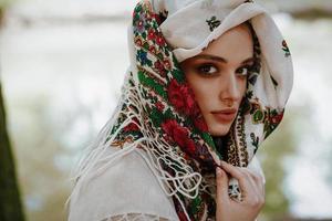 porträtt av en vacker flicka i en ukrainsk broderad klänning