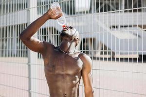 afroamerikansk man dricksvatten