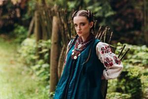 vacker flicka i ukrainsk traditionell klänning