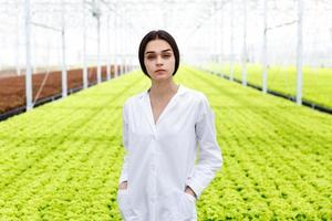 kvinnlig forskare i vit mantel