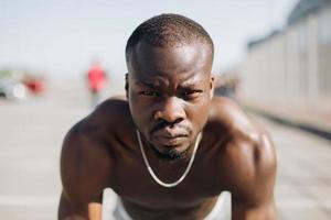 porträtt av en idrottsman som gör pushups