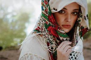 porträtt av en ung flicka i en ukrainsk etnisk klänning
