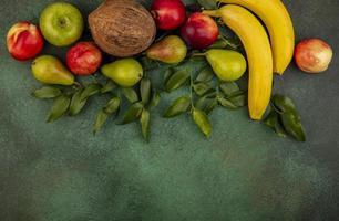 blandad frukt på grön bakgrund