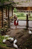 ung flicka i en ukrainsk traditionell klänning