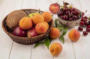 diverse frukt i en korg på träytan