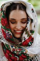 porträtt av en ung le flicka i en traditionell broderad klänning