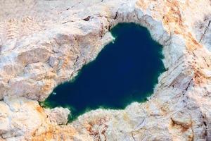 sjö på stenigt område