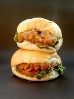 närbild av en snabbmatsmörgås foto