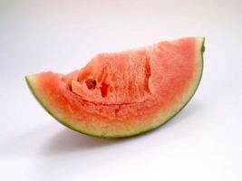 vattenmelonskiva på vit bakgrund