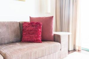 soffa med rosa kuddar på den foto