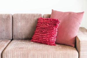 soffa med rosa kuddar foto