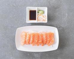 ovanifrån av lax sashimi