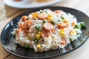 stekt ris med korv foto