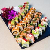 sushi rullar på en tallrik foto