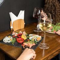 två kvinna som äter på en skaldjursrestaurang foto