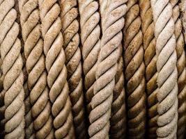 rader av brunt rep foto