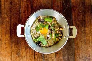 stekt ägg i en kastrull