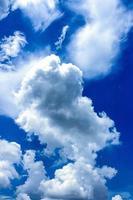 lång blå himmel med moln foto