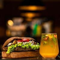 kyckling, sallad och tomatsmörgås foto