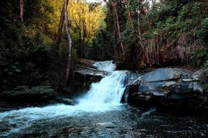 naturligt vattenfall i Thailand