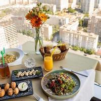 vacker sallad måltid med utsikt över staden foto