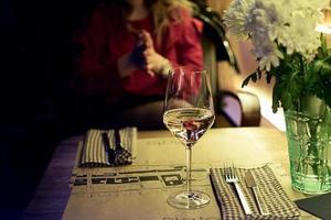glas vitt vin på ett restaurangbord