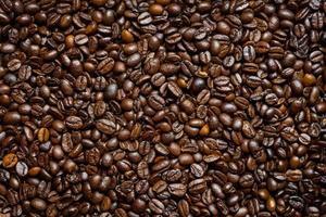 hög med kaffebönor foto