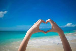 person som gör ett hjärta med händerna foto