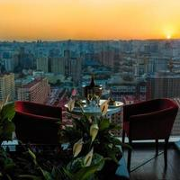 champagneflaska och glas på restaurangen med utsikt över solnedgången foto