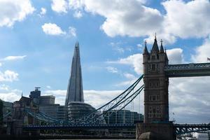 London Tower Bridge under en blå himmel foto