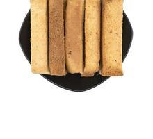 rostat bröd pinnar på en svart tallrik