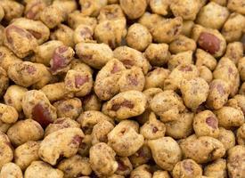 närbild av en hög med masala jordnötter