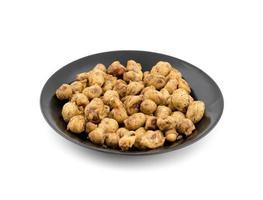 masala jordnötter på en svart tallrik