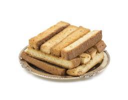 staplade torra toastpinnar på en tallrik