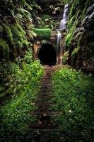 vattenfall över en tunnel foto