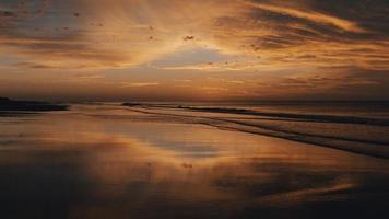 vattenmassa under solnedgången