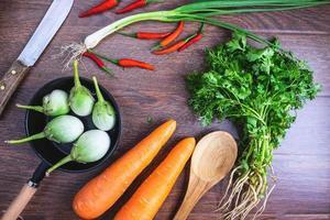 grönsaker på trä bakgrund