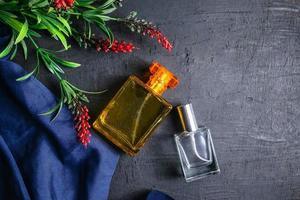 två parfymflaskor