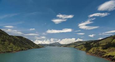 övre bhavani reservoar i nilgiris foto