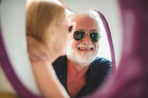äldre par njuter av varandras sällskap foto
