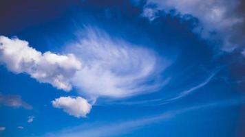 vita fluffiga moln igen blå himmel foto