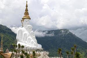 buddha statyer i wat phra thart pha kaew foto