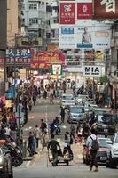 folkmassa som går runt stadens stadsväg