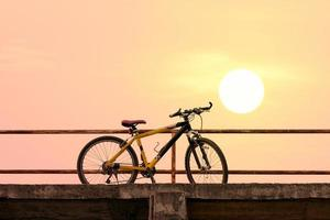 vacker mountainbike på betongbro foto