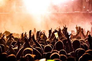 människor som lyfter händerna på en konsert foto