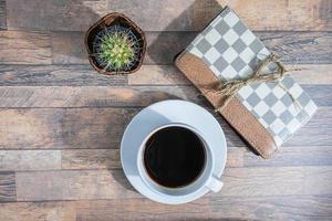 kaffekopp och anteckningsbok på skrivbordet foto