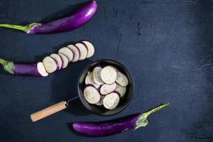 hackad aubergine på svart bakgrund foto