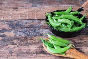färska gröna ärtor i pannan.