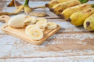 skivade bananer på en skärbräda foto